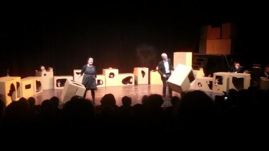 Olle och Karin med kartonger